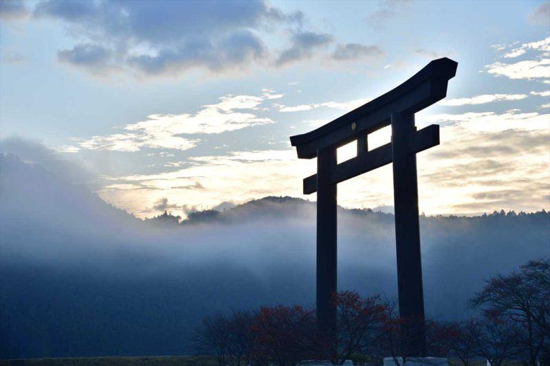 朝霧と大鳥居