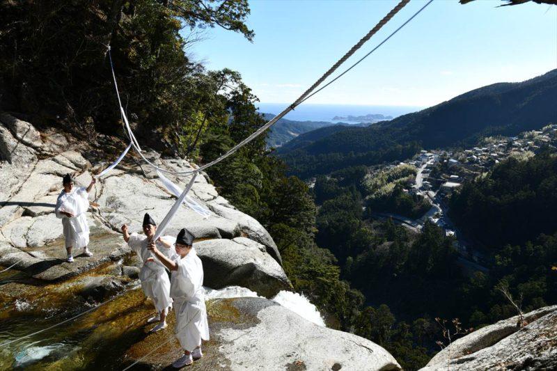 那智大滝のしめ縄張り替え