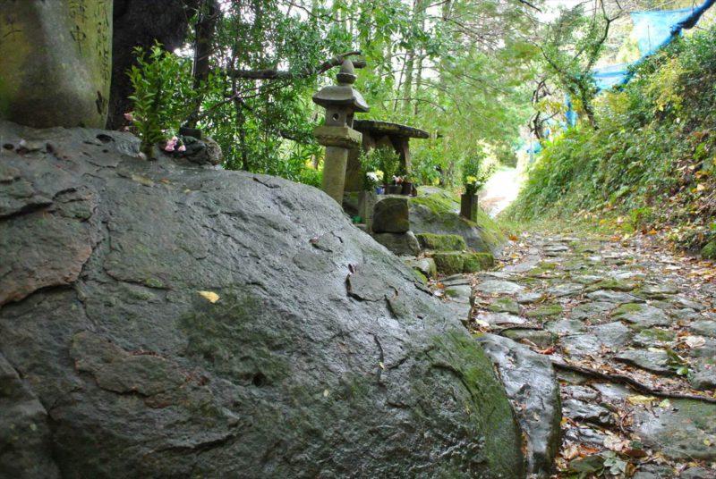 雨の長尾坂石畳
